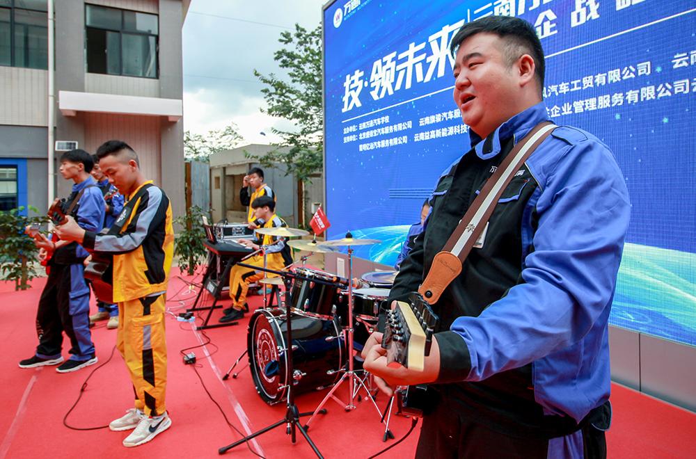 我校师生自己组织的乐队在发布会上精彩表演