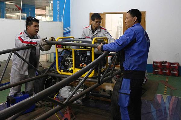 老师带领学生打造牛新能源车.jpg