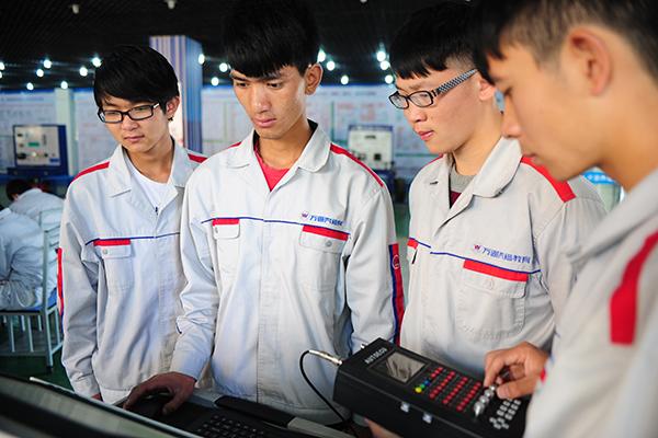 学习先进汽修技术还能为大学梦奋斗.jpg