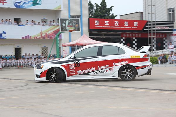 专业赛车手的展示更好的激发了同学们的兴趣.jpg