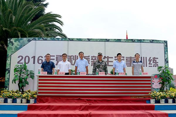 部队领导与学校领导进行军训动员.jpg