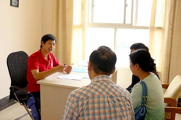班主任为学生办理入学手续.jpg