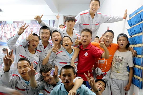 老师与同学们一起庆祝中秋.jpg