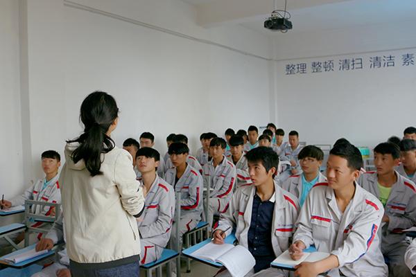 老师告诫同学们凡事多听取老师教导.jpg