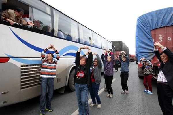 云南大妈把广场舞搬上了高速路.jpg