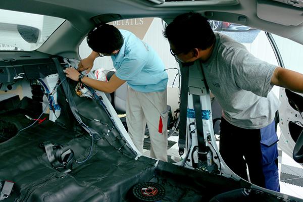 老师教导学生进行车辆改装.jpg