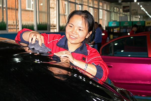 女孩子在汽车的认真可是巾帼不让须眉.jpg