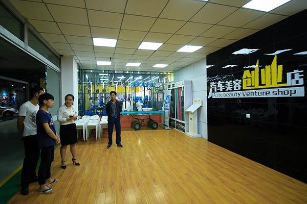 咨询师带领学生和家长参观美容创业店.jpg