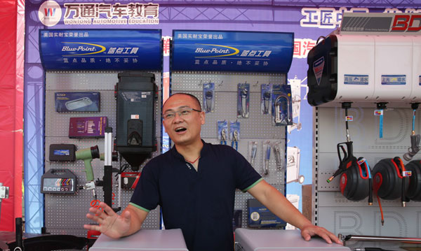 企业代表王强在企业展示区解说产品.jpg