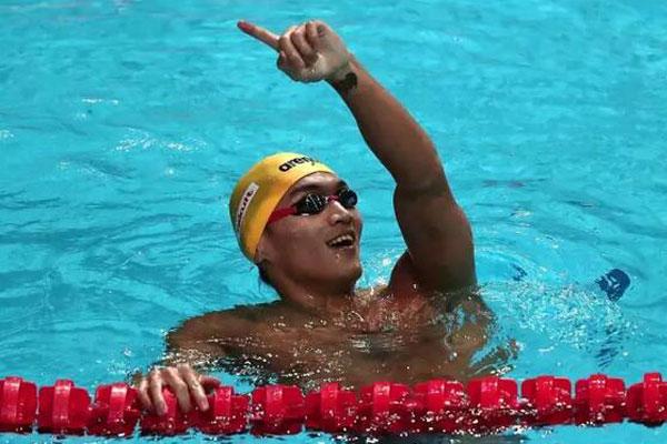 世锦赛男子100米仰泳决赛,徐嘉余以52秒44成绩夺得冠军.jpg
