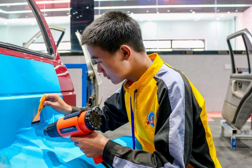云南万通汽车美容专业,有技术、有设备、有科技.jpg