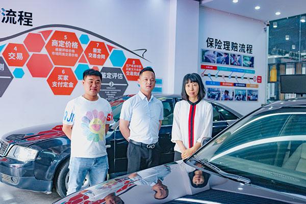 宁波驰田贸易有限公司西南片区经理温在霞(中)