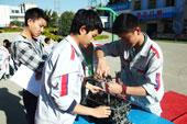 老师们考虑到培养同学们的团队合作性,于是按小组进行拆装比赛。