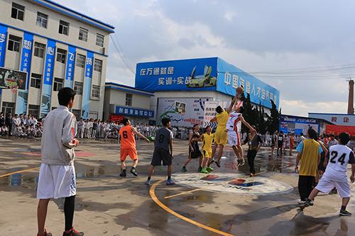 篮球赛开始了,唯有奋力拼搏才能获胜。