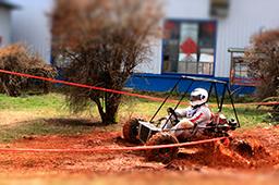 比赛正式开始,看我轻车熟路的驾驶技术让泥水四溅,也是我们万通学子灿烂生活的写照。