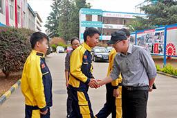 赶快和李老师握握手,感谢他在我的万通学习生活中给予的帮助和教育。