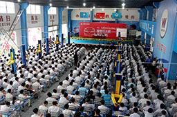 大师巡讲正式开始,现场坐满了学生,都希望得到大师的真传。