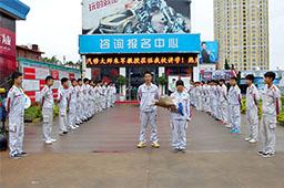 同学们在云南万通满怀期待朱军大师的到来。