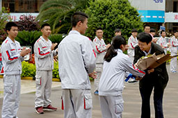 终于等到朱军大师的到来,万通学子上前献花。