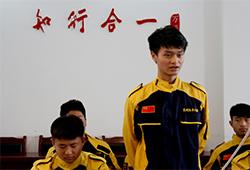毕业学子在结业典礼上做简单的汇报和表达对云南万通和各位老师的感激之情。