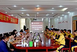 结业典礼开始,学生们用热烈的掌声欢迎老师和企业领导就坐。