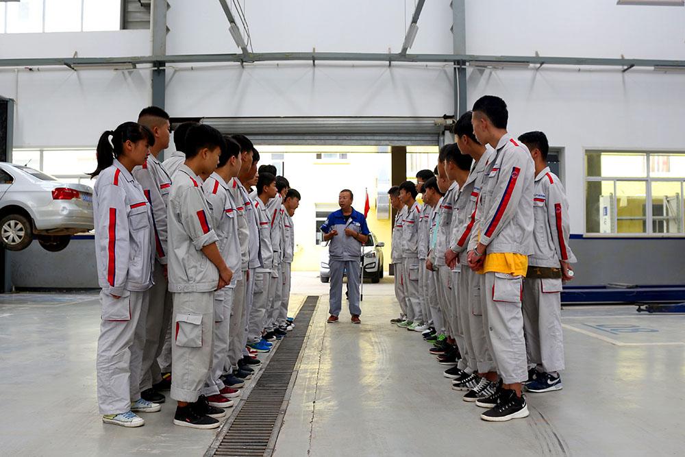 参观之前,北京现代的车间主管周主管在和我们介绍参观路线。