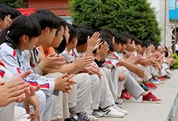 在旁边观看比赛的时候也积极给比赛的小伙伴们加油。