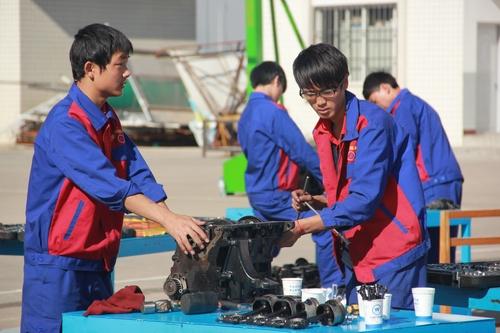 云南万通 双师型 教师团队打造汽修尖端人才图片